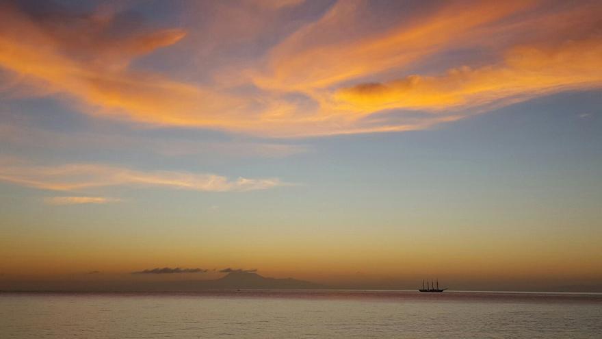 Espectacular imágen de FERNANDO RODRÍGUEZ del buque de la Armada esta mañana.