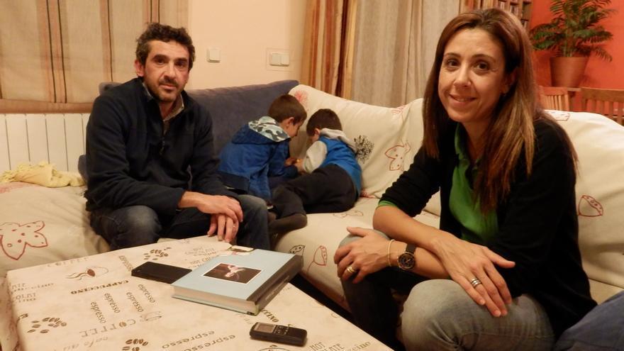 Manuel y Beatriz viven con sus dos hijos, el biológico y el de acogida/ CM