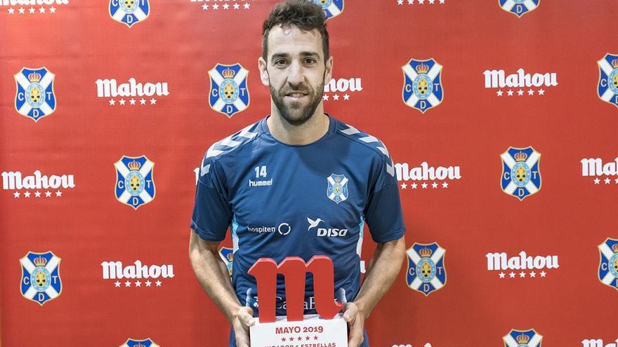 Carlos Ruiz con su premio al mejor jugador del mes de mayo en el CD Tenerife