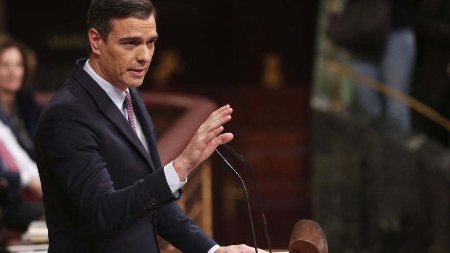 El presidente del Gobierno en funciones, Pedro Sánchez, da la réplica a la intervención del presidente del PP, durante la primera sesión de su debate de investidura en la XIV Legislatura.