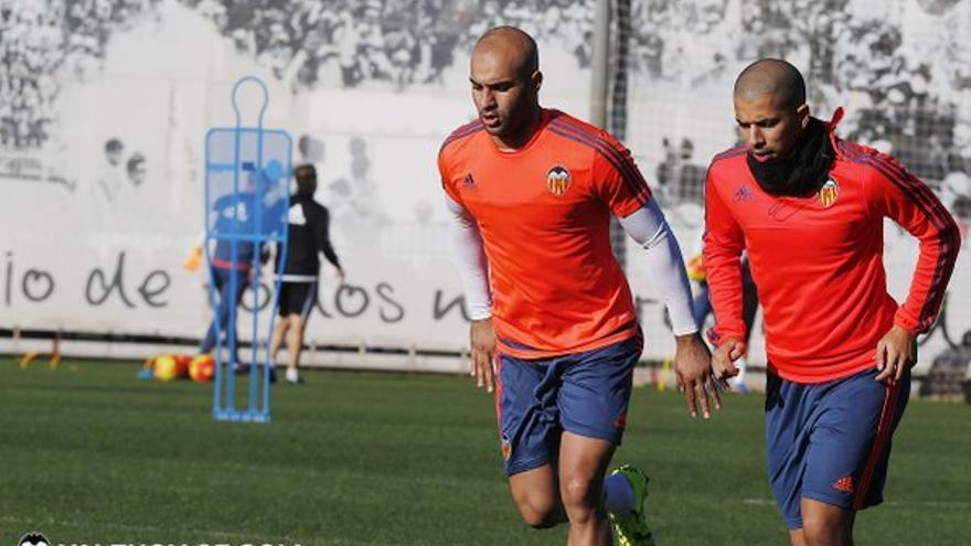 El centrocampista argelino del Valencia, Sofiane Feghouli, entrenando con sus compañeros. (Página oficial Valencia CF).