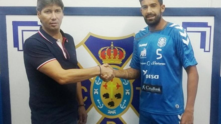 El juegador del CD Tenerife Alberto Jiménez en su renovación hasta 2018 con el club blanquiazul. (Página oficial CD Tenerife).