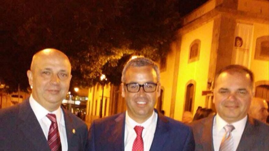 De Izquierda a derecha, Juan Ramón Felipe, Sergio Matos y Jesús Morera (gerente del Patronato de las Fiestas Lustrales) con la Medalla de Oro de Canarias concedida a La Bajada.