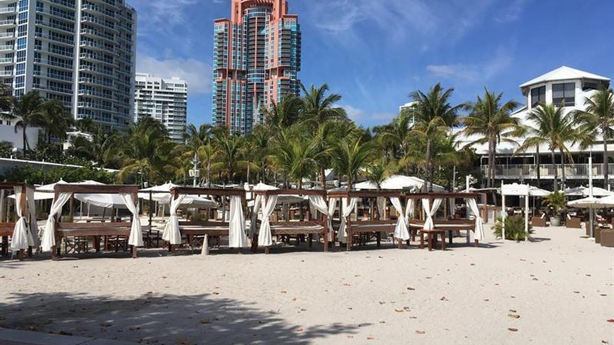 Vista del rincón de Nikki Beach totalmente vacío debido al coronavirus, en Miami Beach, Florida.