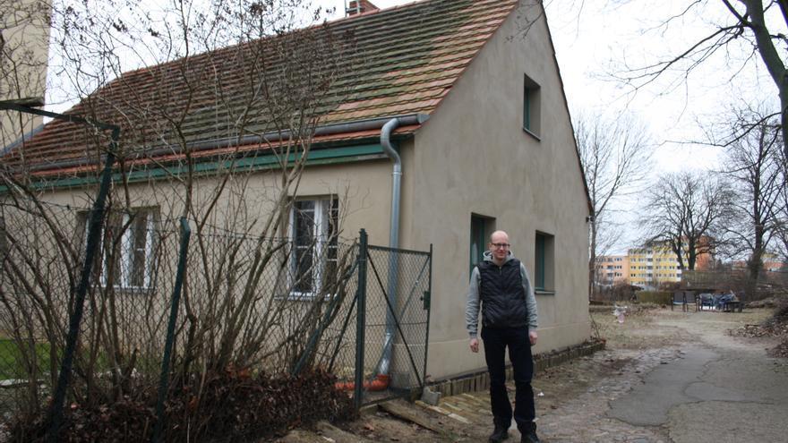 El filósofo Martin Hagemeier delante de la casa común en el proyecto Pinkepanke del Sindicato  de Casas de Alquiler en el barrio de Wedding.