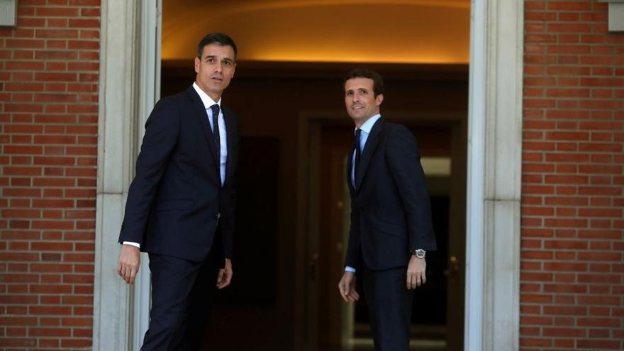 Pedro Sánchez y Pablo Casado en La Moncloa. EFE