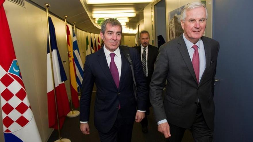El presidente del Gobierno de Canarias, Fernando Clavijo, junto al negociador de la Unión Europea (UE) para el 'brexit', Michel Barnier