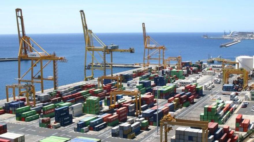 Zona de carga y descarga de contenedores en el puerto estatal de Santa Cruz