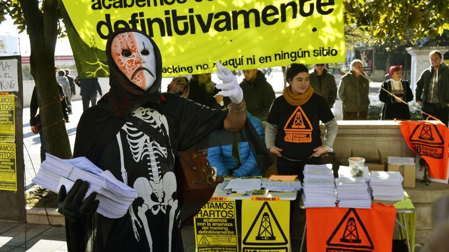 El fracking, representado por la muerte en una de las movilizaciones de la Asamblea. | RUBÉN VIVAR
