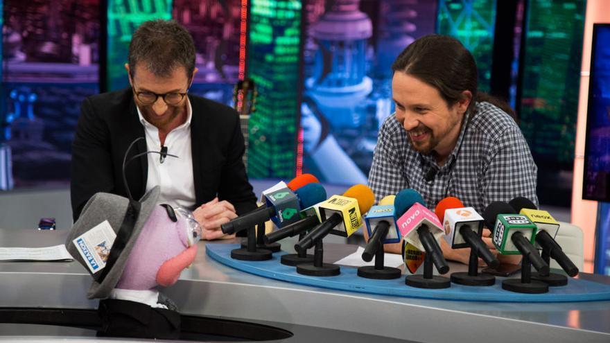 Niños, 'hormigas' y Bertín: la frenética caravana electoral de los políticos por las televisiones