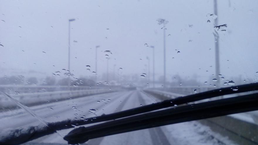 La nieve cierra el puerto de Lunada y el acceso al mirador del Chivo