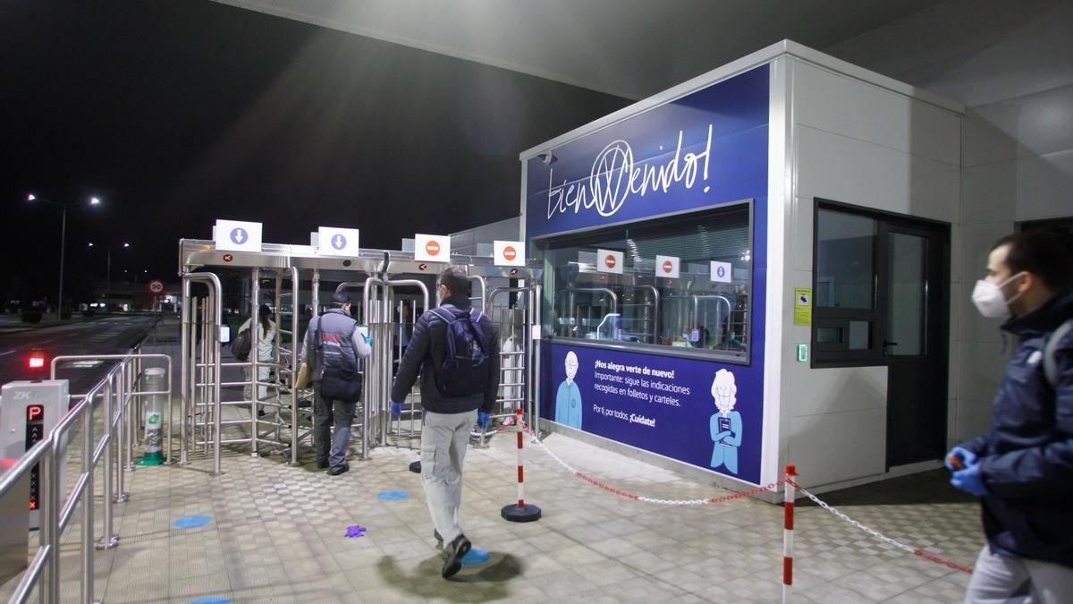 Trabajadores de Volkswagen Navarra entrando en la fábrica de Landaben