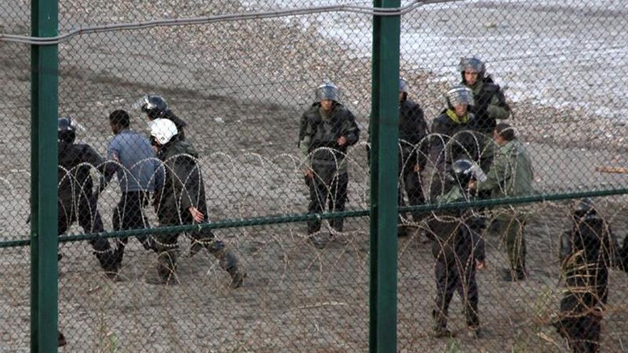Frenan un intento de entrada en grupo a Ceuta de unos 50 inmigrantes