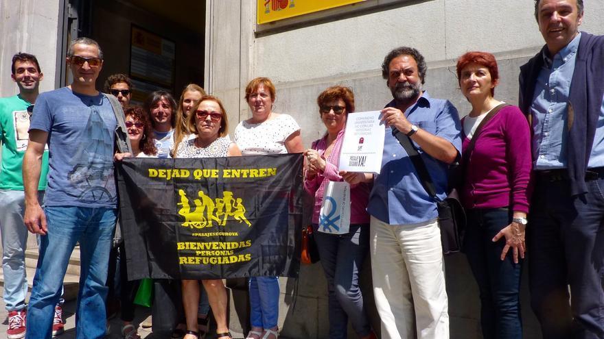 Miembros de Pasaje Seguro antes de la registrar las firmas en la Delegación del Gobierno.
