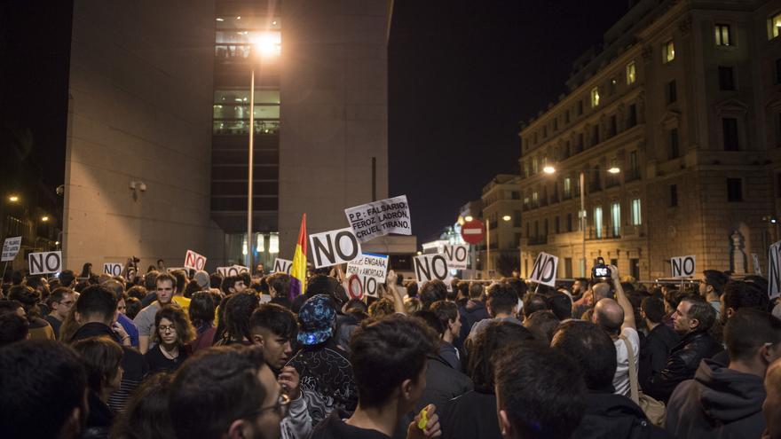 Manifestantes en los alrededores del Congreso de los Diputados, cerca de la calle de Cedaceros
