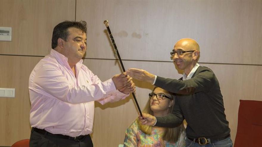 Miguel Ángel Ruiz recoge el bastón de mando del exalcalde Jesús Diaz