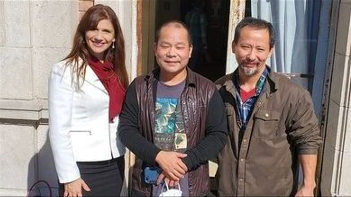 Lin Wan, junto con su abogada y el traductor, el día que fue absuelto.
