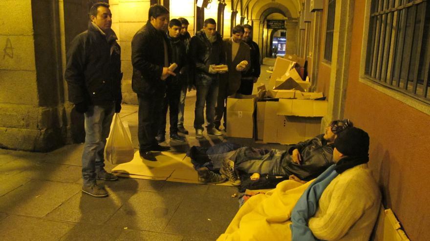 El grupo reparte por los soportales de la Plaza Mayor de Madrid. Foto: Susana Hidalgo
