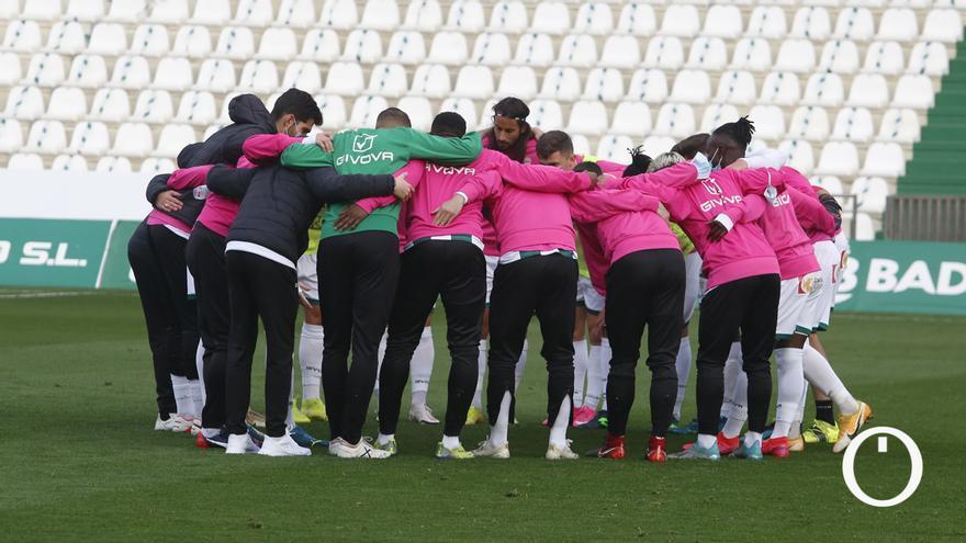 Jugadores del Córdoba, en corrillo antes de un partido.