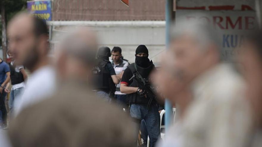 La policía dispara y detiene a dos personas en aeropuerto de Estambúl