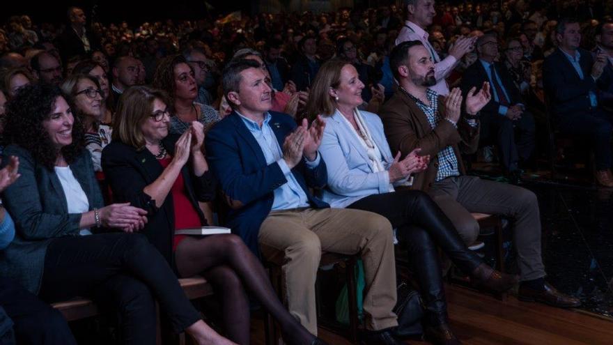 Santiago Abascal, presidente de Vox; Pascual Salvador, presidente Vox Murcia y Lourdes Méndez, presidenta de la Asociación Familia y Dignidad Humana / CARLOS TRENOR