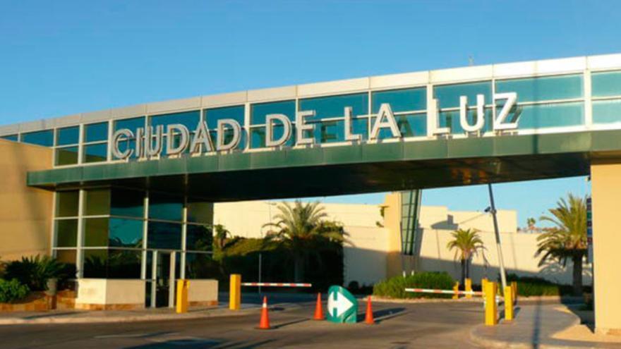 Entrada a la Ciudad de la Luz, en Alicante.