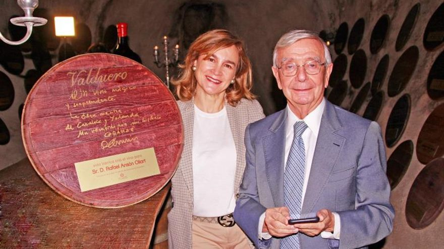 Carolina GarcíaViaderopropietaria de Bodegas Valduero junto aRafaelAnsón, Presidente de la Real Academia de gastronomía de España.EFE/Foto cedida
