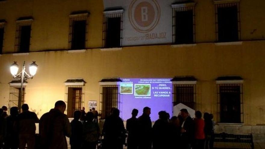 Recuperar Badajoz optó por proyectar un vídeo en el comienzo de la campaña / Twitter @BadajozPuede