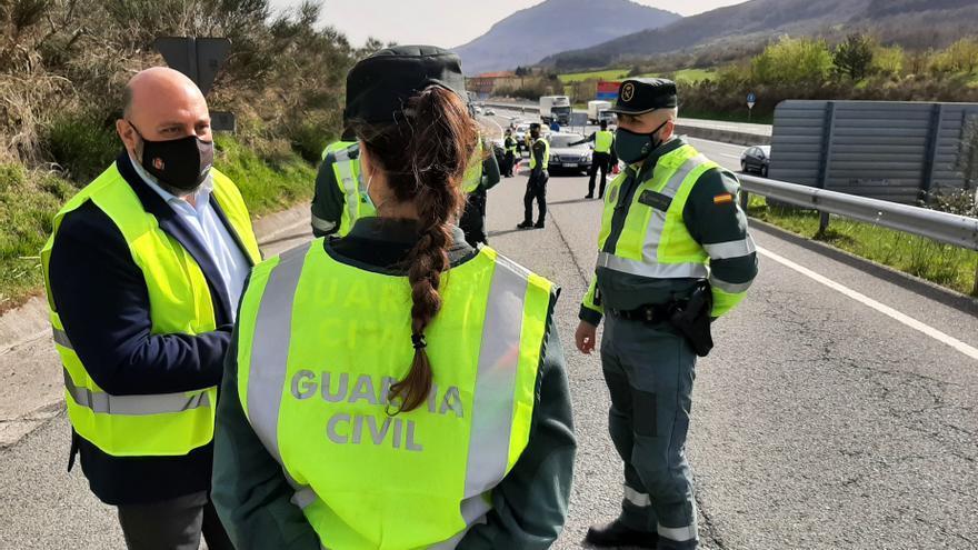 El delegado del Gobierno en Navarra, José Luis Arasti, en un control de la Guardia Civil en la A-1 para velar por el cierre perimetral de la Comunidad foral.