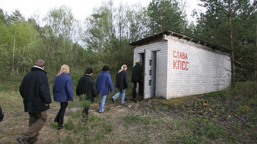 Los prisioneros, entrando al búnker. Foto: web oficial
