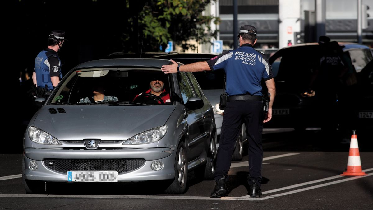 Controles policiales de movilidad en el distrito de Puente de Vallecas de Madrid tras la imposición de restricciones de movilidad