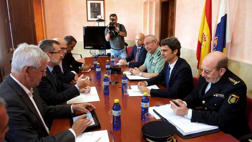 El delegado del Gobierno en Canarias reunido con el presidente del Cabildo de Fuerteventura, mandos de la Guardia Civil, Policía Nacional y representantes de los ayuntamientos.