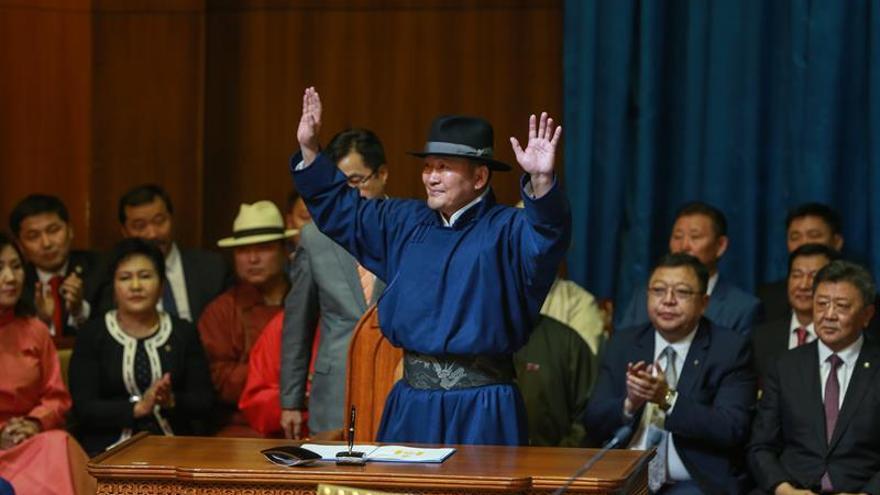 El nuevo presidente mongol, Battulga Khaltmaa, toma posesión del cargo