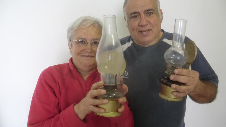 María Victoria Hernández y Marcelino Rodríguez, del Baile Bueno, muestran dos quinqués.