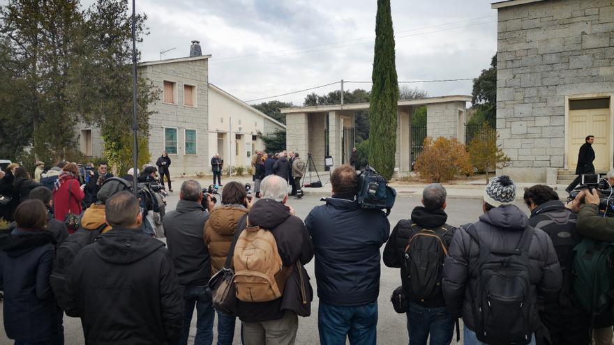 Decenas de periodistas, esperando a franquistas en Mingorrubio.