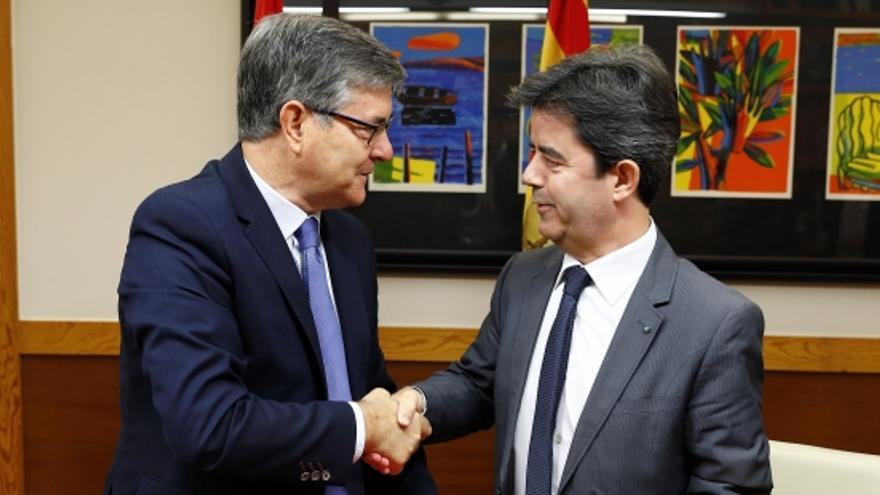 De izquierda a derecha, el consejero de Presidencia del Gobierno de Aragón, Vicente Guillén, y el alcalde de Huesca, Luis Felipe