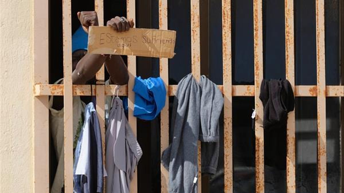 Migrantes piden ayuda en la denominada 'Nave del Queso' de Fuerteventura. (EFE)