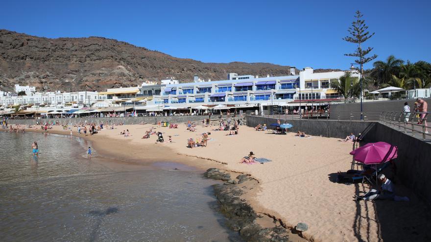 La Playa de Mogán después de la regeneración con arena saharaui.