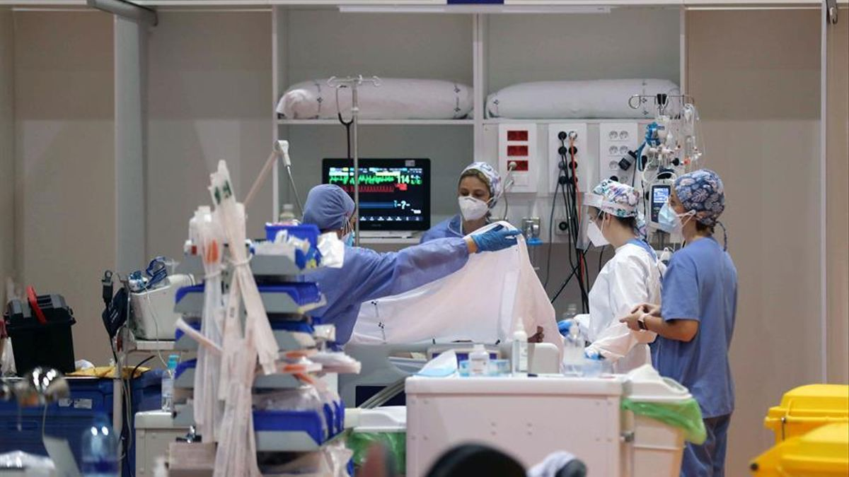 Sanitarios atendiendo a pacientes con COVID-19