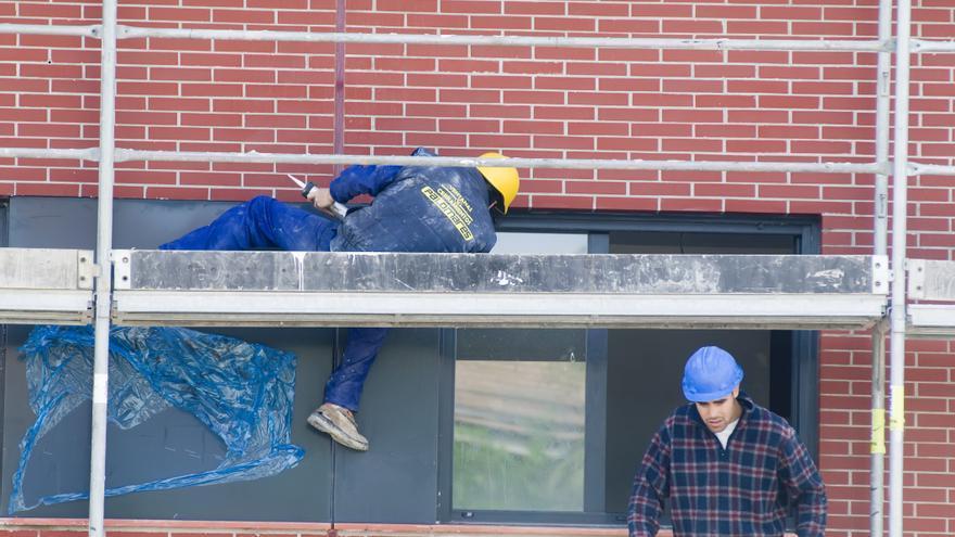 Dos obreros trabajan en la construcción de un edificio en Santander.   JOAQUÍN GÓMEZ SASTRE