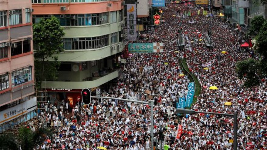 Cientos de miles de personas han salido a la calle en Hong Kong contra la ley que permitiría la extradición de 'sospechosos' a China.