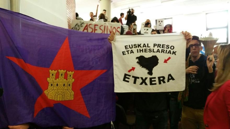 Unos 200 radicales impiden a Felipe González pronunciar una conferencia en la Universidad Autónoma