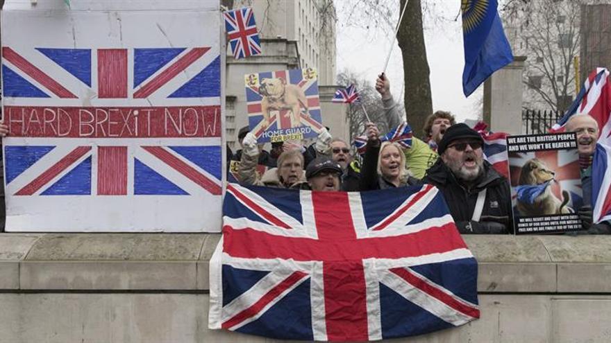 """La campaña pro-""""brexit"""" pide a May no ofrecer más dinero a la UE sin condiciones"""