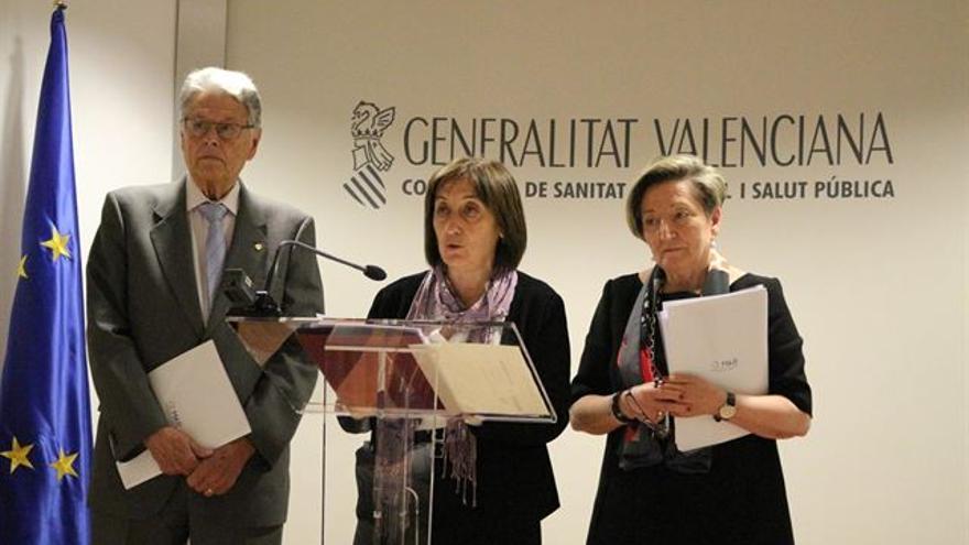Dolores Salas, secretaria autonómica de Sanidad, en el centro, en una presentación de la Conselleria.