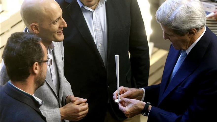 Kerry hace un hueco en su visita a España para reunirse con emprendedores