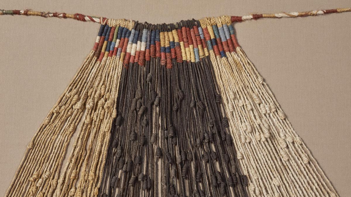 """""""Khipu"""" significa """"nudo"""" en quechua y es el nombre que reciben esas enigmáticas cuerdas anudadas que los pueblos originarios utilizaban desde tiempos prehispánicos como forma de registro contable."""