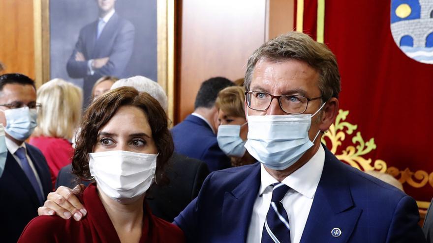 El presidente de la Xunta, Alberto Núñez Feijóo, y la presidenta de Madrid, Isabel Díaz Ayuso, tras la ceremonia de su toma de posesión en el Parlamento gallego, en Santiago de Compostela. EFE/lavandeira jr
