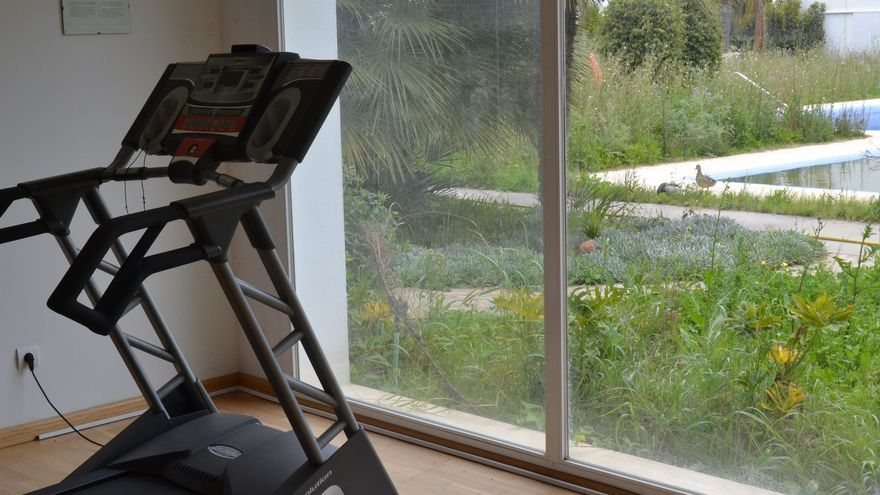 La piscina y el gimnasio del hotel de cuatro estrellas anexo a CIO Mijas | N.C.