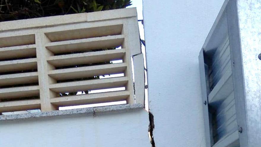 Una de las grietas que han aparecido en uno de los edificios contiguos a la torre en construcción
