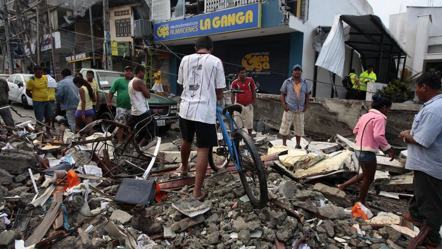 Un grupo de personas caminan entre los escombros tras el terremoto de 7.8 grados en la escala de Ritcher que ha sufrido Ecuador. Imagen del pueblo de Pedernales, Ecuador, 17 April 2016.